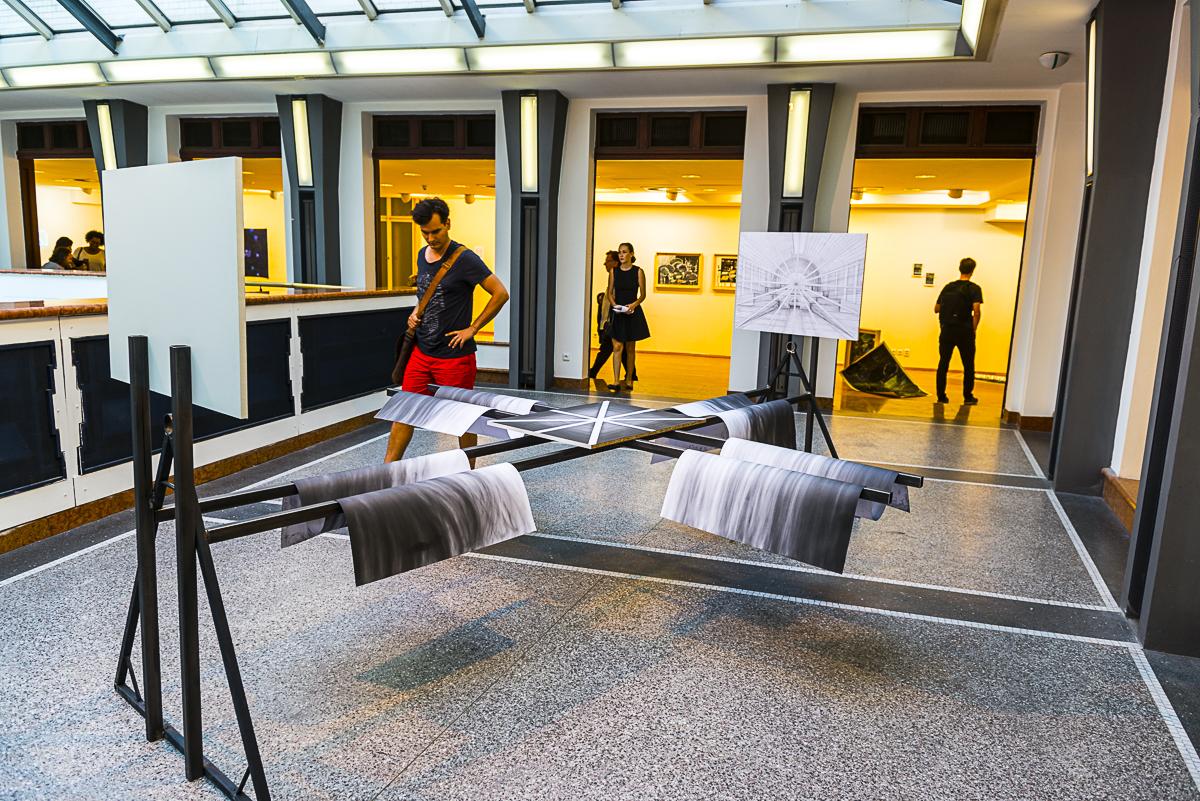Jan Pfeiffer, který se zabývá městem a jeho strukturou, vytvořil trojrozměrnou instalaci skresbami geometrických objektů.