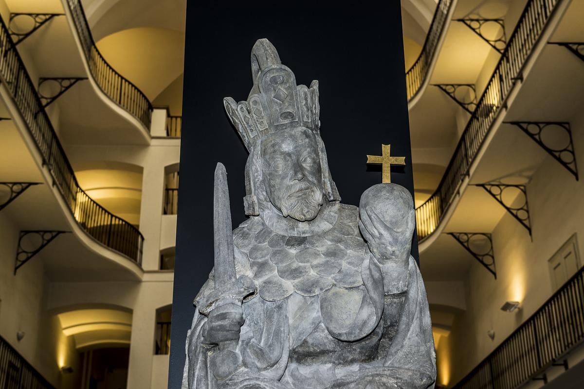 Socha trůnícího císaře Karla lV, ze staroměstské mostecké věže,Praha, kolem 1380, - kopie Jaroslav Jelínek, 2000